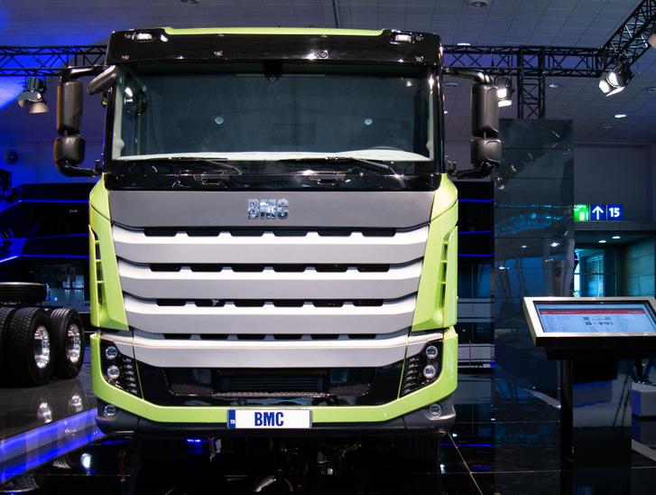 A BMC-nek nincs már semmi köze a brit járműgyártóhoz, bár a kezdetekben volt. A mai török vontató elég egyszerű technikát tartalmaz, Scania-jellegű dizájnnal és Lada-jellegű belső térrel