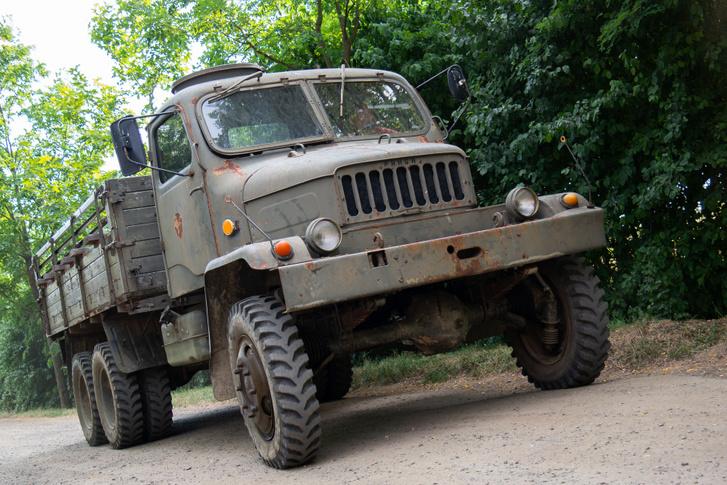 A Praga teherautó nem kifejezetten polgári kivitele a fülketetőn lévő géppuskaállásról szúrható ki
