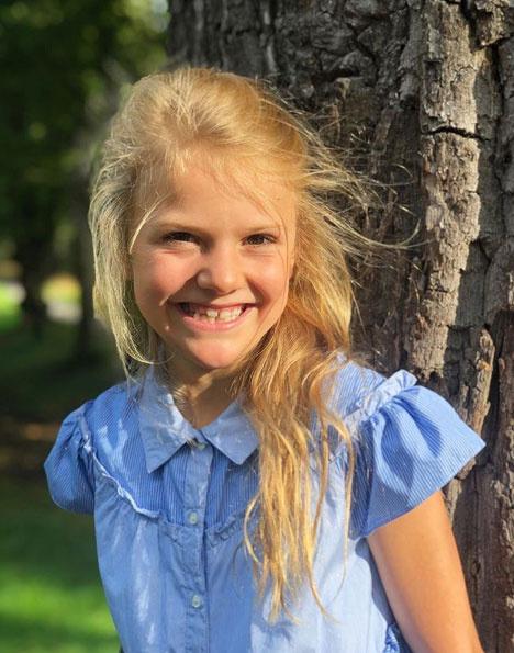 A svéd királyi család ezt a szép képet posztolta Instagramra Estelle hercegnőről, aki idén első osztályba ment.