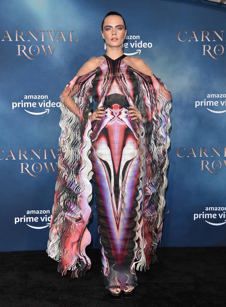 Tegnap volt a bemutatója Cara Delevingne amazonos filmsorozatának, a Carnival Row-nak, amin a modell/színésznő nem mindennapi ruhában jelent meg.