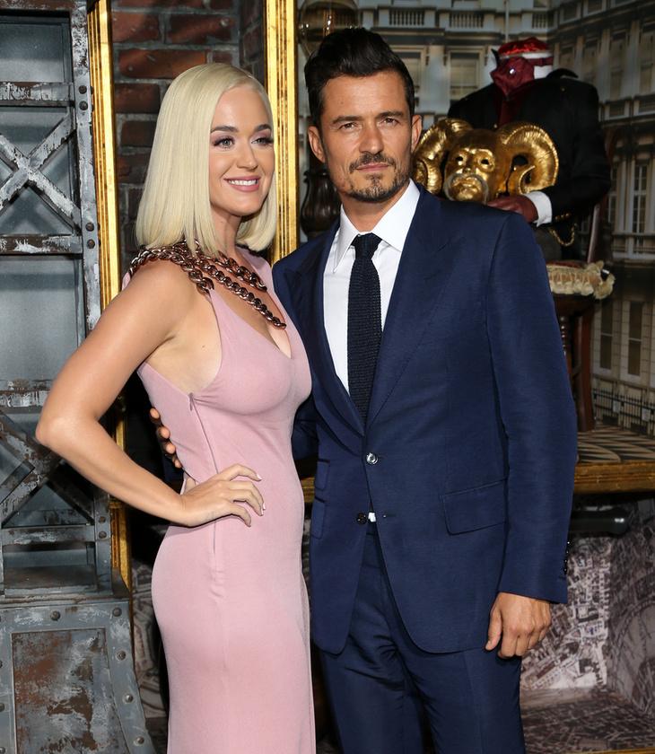 A színészt természetesen elkísérte platinaszőke szerelme, Katy Perry is, aki rá nem jellemzően visszafogott ruhában tette tiszteletét