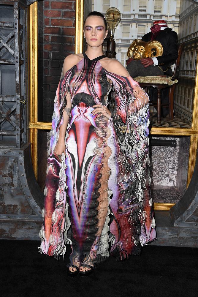 A modell úgy nézett ki mint egy LSD-s rémálom: a ruha színei, mintái és anyaga mind arra játszottak rá, hogy becsapják a szemünket