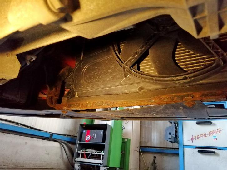 """Ez egy olyan """"jóindulat rozsda"""" a hűtő alatti áthidalón. Akár át is mehet a kocsi, de inkább nem"""