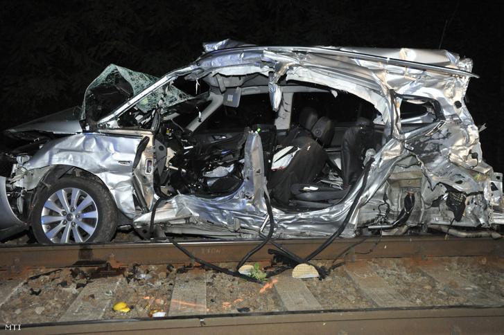Összeroncsolódott személygépkocsi, miután vonattal ütközött Kismarosnál 2019. augusztus 21-én