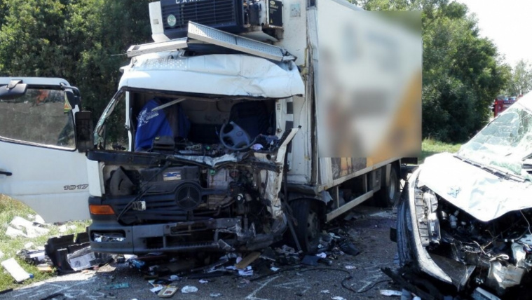 Frontálisan ütközött két teherautó Báránd közelében