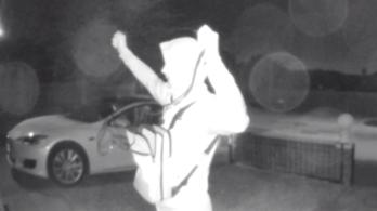 Felvette a térfigyelő kamera, ahogy fél perc alatt meghekkelnek és ellopnak egy Teslát
