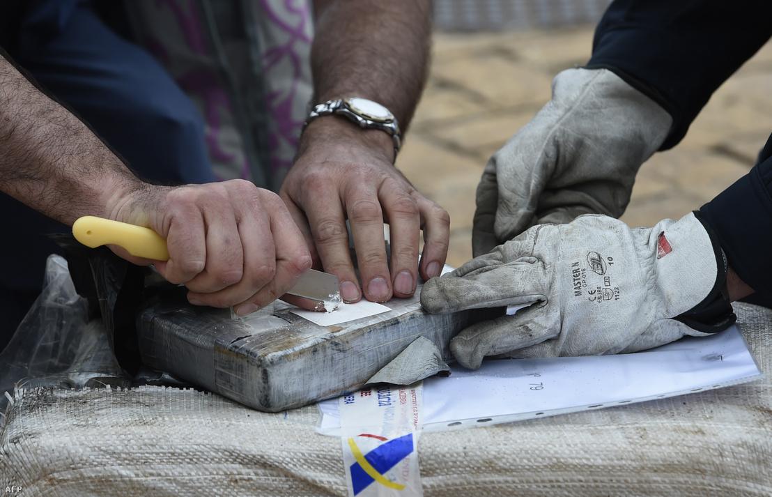 Spanyol vámtisztek nyitnak ki egy kábszercsomagot a vigói kikötőjében, miután a Gure Leire nevű hajó szállítmányában 2500 kilogramm kokaint találtak 2019. június 3-án