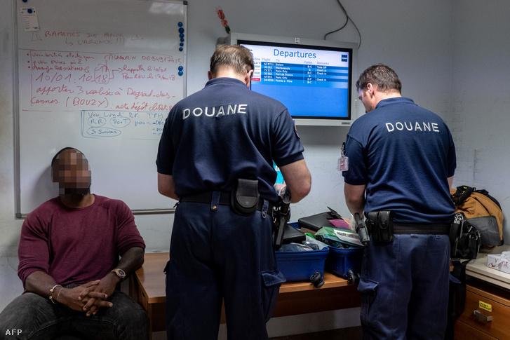 Vámtisztviselők kutatják át egy holland utas poggyászát Francia Guyana Matoury repülőterén 2019. január 7-én. Az utas 3 kilogram kokaint borítékokba csomagolva próbált becsempészni.