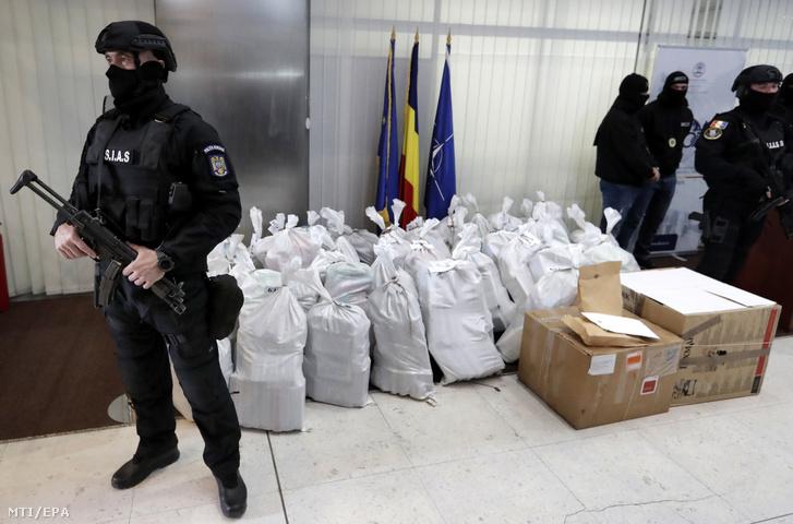 Különleges rendőri alakulat tagjai az általuk lefoglalt, kábítószert tartalmazó csaomagok mellett a szervezett bűnözés és terrorizmus elleni ügyészség (DIICOT) bukaresti székhelyén rendezett sajtótájékoztatón 2019. március 26-án. A tájékoztatón az utóbbi évek legnagyobb kábítószerfogásáról, csaknem egy tonna kokain lefoglalásáról számoltak be a román hatóságok. A drogot egy felborult bárka körül találták meg március 22-én a Fekete-tenger partján, a Duna-delta egy elhagyott térségében, a Szent-György ágnál. Az előzetes vegyészszakértői vélemény szerint a lefoglalt anyag 90 százalékos tisztaságú kokain, amelynek feketepiaci értékét a DIICOT főügyésze 300 millió euróra (mintegy 95 milliárd forint) becsülte.