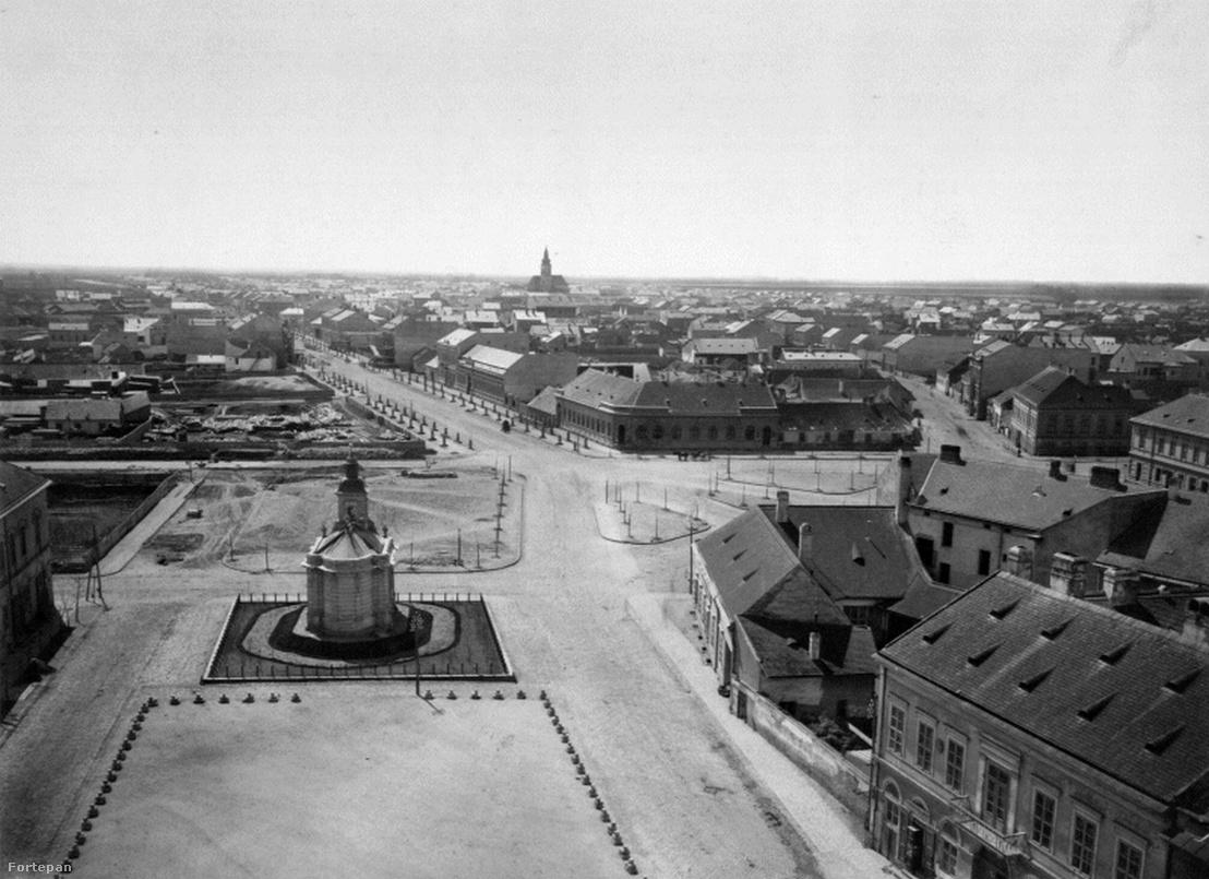 A Dóm helye az újjáépítés után 1885 környékén, szemben a Boldogasszony sugárút. A kép közepén az árvíz után már újjáépített Szent Rozália-kápolna, amit 1924-ben a Dóm építése miatt darabokra vágva elköltöztettek innen.
