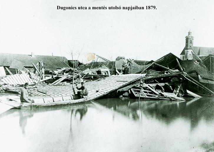 A Felsőváros összedőlt házai, a háttérben a Szent Miklós-templom