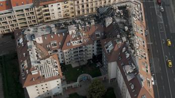 Így bontják a leégett Soroksári úti ház tetejét