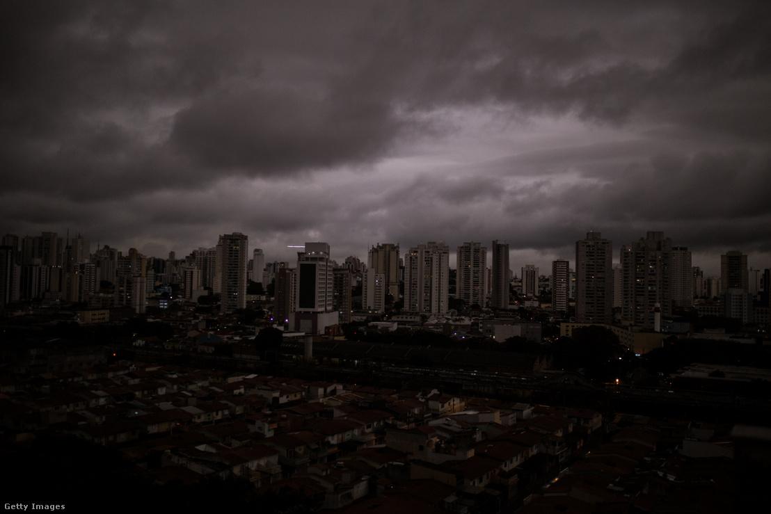 A füst miatt sötétbe borult São Paulo 2019. augusztus 19-én. A város lakó arról számoltak be, hogy fekete eső esett, két egyetem diákjai pedig megerősítették, hogy amikor megvizsgálták az esővizet, az valóban égéstermékeket tartalmazott.