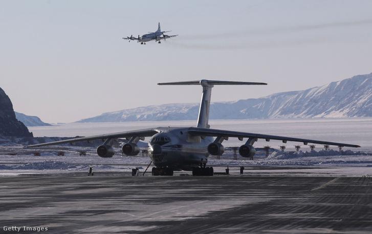 NASA Operation IceBridge kutatási repülőgépe (felül) landol a Thule Légibázisra 2017. március 24-én