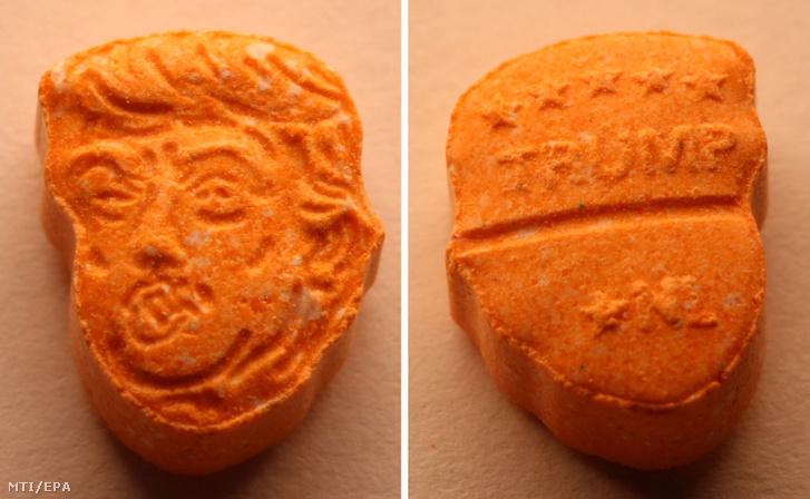 Az osnabrücki rendőrség által 2017. augusztus 21-én közreadott képek egy Donald Trump amerikai elnök fejét ábrázoló narancssárga ecstasy tablettáról és hátoldaláról.