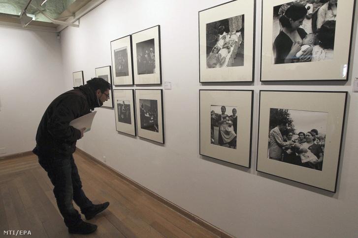 Egy látogató nézi Kati Horna néhai magyar származású fotóriporter (1912-2000) spanyol polgárháborúban készített képeit a spanyolországi Salamanca város egyetemen nyílt kiállításon 2012. február 17-én.