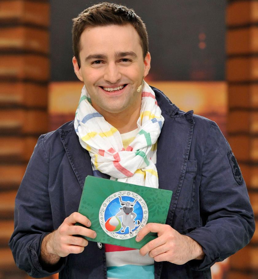 Szente Vajk a köztévé Magyarország, szeretlek! című vetélkedőjének műsorvezetőjeként.