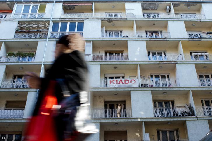 Kiadó lakást hirdető felirat Budapesten.
