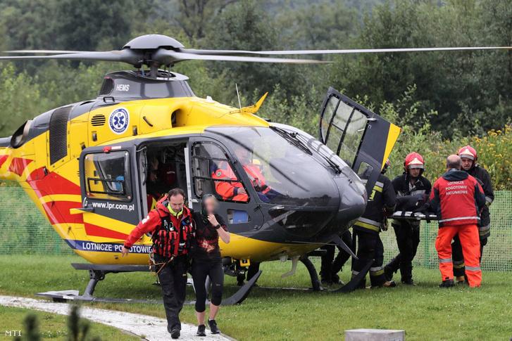 Sebesült turistát visznek kórházba a lengyel Tátrában levő Zakopanéban 2019. augusztus 22-én miután vihar tört ki az üdülõközpont térségében.
