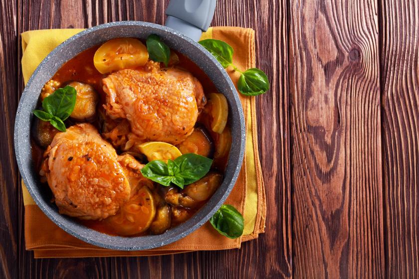 Cukkinivel és padlizsánnal sült omlós csirkecomb: isteni főfogás macera nélkül