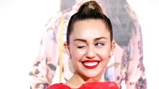 Miley Cyrust kirúgták egy munkájából, amiért péniszalakú tortát vett exének, amit végig is nyalt