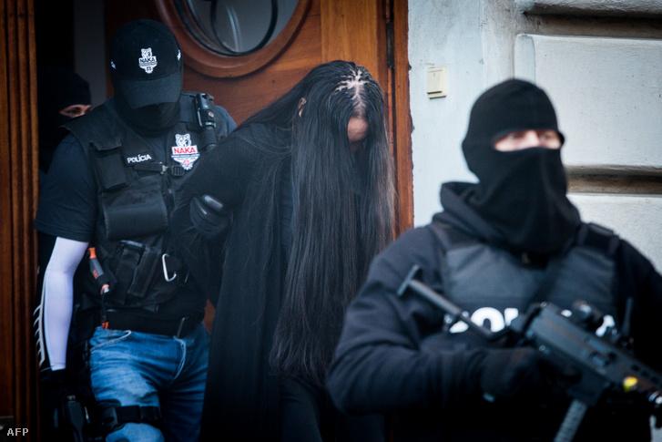 Rendőrök kísérik a Jan Kuciak meggyilkolásában bűnrészesként vádolt Alena Zsuzsovát miután meghallgatták a Besztercebányai Specializált Büntetőbíróságon 2018. szeptember 30-án