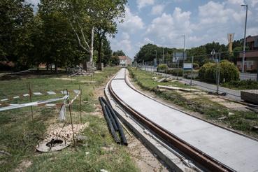 Az első gondok 2017-ben jelentkeztek. Bár a vasút-villamosok jellemzően villamosüzeműek, takarékossági okokból elvetették a Szeged-Hódmezővásárhely közötti szakasz villamosítását, így hibrid villamos-dízel tram-trainek beszerzése mellett döntöttek.