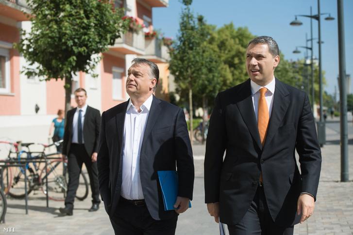 Orbán Viktor miniszterelnök (j2) és Lázár János, a Miniszterelnökséget vezető miniszter érkezik a hódmezővásárhelyi polgármesteri hivatalhoz 2017. május 26-án