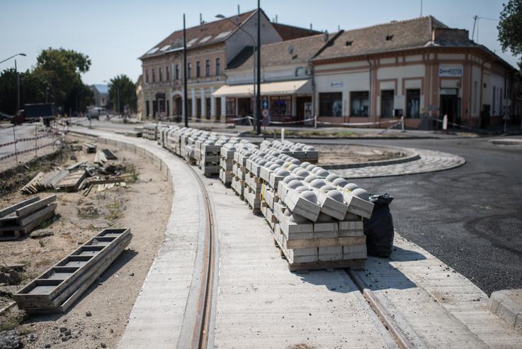 Közben a költségek csak nem akartak csökkenni, a karbantartó csarnok megépítését végül a rendelkezésre álló 2,5 milliárd forint forrásnál csak 1 milliárddal drágábban vállalta el a EB Hungary Invest Ingatlanfejlesztő és Építőipari Kft. Ekkor jött a mesterterv a spórolásra: használt, máshonnan felszedett sínekből építik meg a tram-train pályáját. A NIF szerint így akár 25 százalékot is spórolhatnak a dolgon. Le is rakták egy darabon a bontott síneket, aztán 2019 májusában jött a hír: felszedik a használt síneket, mert kiderült, hogy mégsem jók.