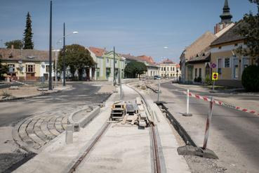 Régóta dédelgetett álom a Hódmezővásárhelyt Szegeddel összekötő tram-train, avagy vasút-villamos. A tram-train egy olyan kötött pályás jármű, ami egyaránt képes a városban közlekedni, villamossíneken, de képes nagy sebességgel két város között is futni, tehát egyesíti az elővárosi vonatok és a villamos előnyeit, átszállás nélkül lehet vele eljutni a városközpontból a szomszédos településre.
