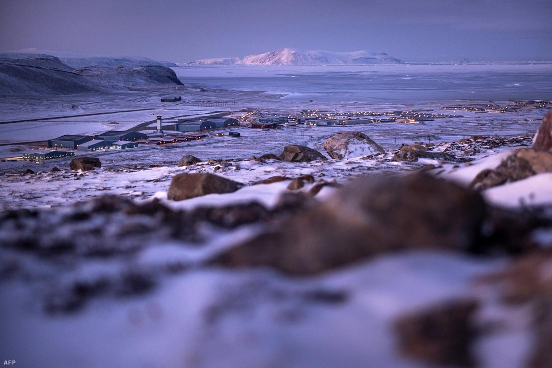Az amerikai Thule Légibázis látképe Grönland Pituffik településéről