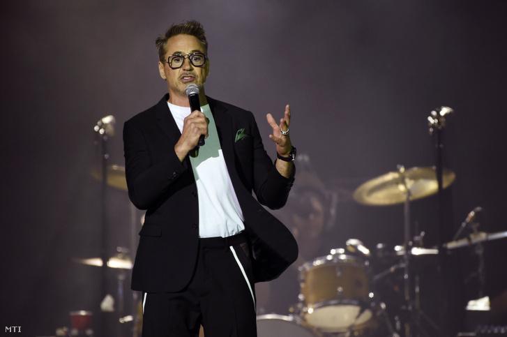 Robert Downey Jr. amerikai színész beszél a közönséghez a Rolling Stones angol rockzenekar koncertjén