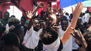 Partra szállhatnak Máltánál a három hete veszteglő menekültek