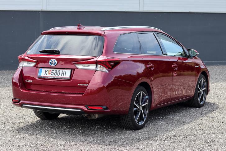 A hátsó lámpákban a facelift óta fénycsíkok világítanak, a facelift faceliftje óta pedig elmaradt a Toyota-felirat