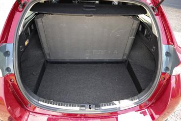 Az akkumlátorok a hátsó ülés alá kerültek, így a csomagtartó teljes értékű maradt
