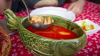 Már csak a kenyér miatt is megéri Szegeden halászlevet enni