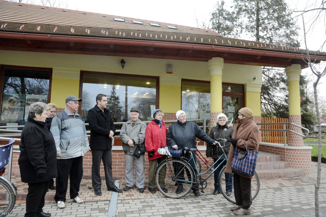 A Tisza Takarékszövetkezet ügyfelei a helyi polgármesterrel beszélgetnek a kengyeli kirendeltségnél 2014. december 9-én. A Magyar Nemzeti Bank visszavonta a Tisza Takarékszövetkezet mûködési engedélyét miután a betétesek biztonsága érdekében a Szövetkezeti Hitelintézetek Integrációs Szervezete (SZHISZ) kizárta tagjai közül a pénzintézetet.