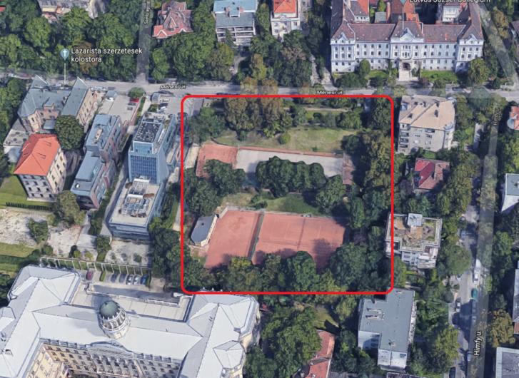A Google légifotóján látszik, hogy a területen sok idős fa volt a sportpályák között.