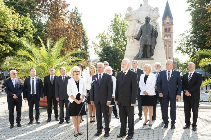 Kovács Ferenc (Fidesz-KDNP) Nyíregyháza polgármestere (k) beszél a Fidesz-KDNP polgármesterjelöltjének és a képviselõjelöltjeinek bemutatásán Nyíregyházán a Kossuth téren 2019. augusztus 22-én A Fidesz-KDNP a várost 2010 óta vezetõ Kovács Ferencet indítja polgármesterjelöltként az õszi önkormányzati választáson. Elöl balról Halkóné Rudolf Éva a Fidesz városi szervezetének elnöke jobbról Tormássi Géza a KDNP városi szervezetének elnöke.