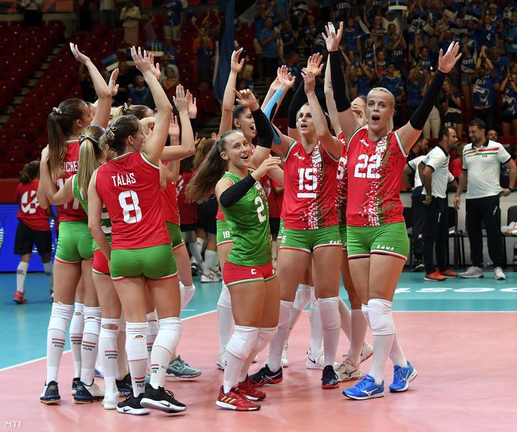 A magyar válogatott ünnepli győzelmét a női röplabda Európa-bajnokság első fordulójában 2019. augusztus 23-án