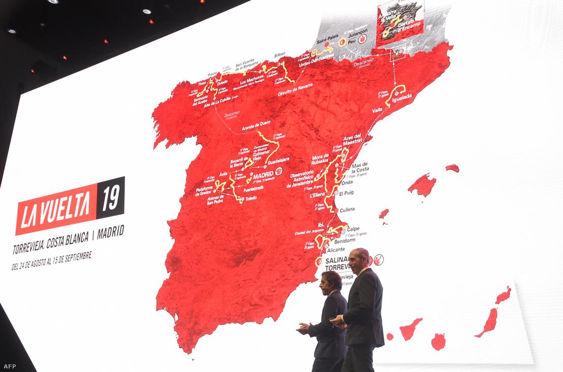 Pedro Delgado (balra), egykori spanyol kerékpáros és Carlos de Andres, spanyol újságíró mutatják be a 74. Vuelta a Espana útvonalát 2018. december 19-én Alicanteban