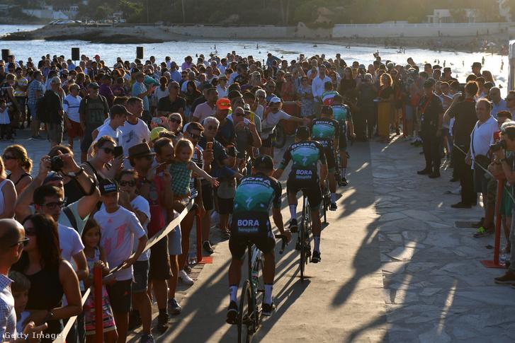 Bora-Hansgrohe csapat tagjai tekernek a 74. Vuelta csapatbemutatón 2019. augusztus 22-én. Rafal Majka, Shane Archbold, Sam Bennett, Jean-Pierre Drucker, Davide Formolo, Felix Großschartner. Gregor Mühlberger és Pawel Poljanski.