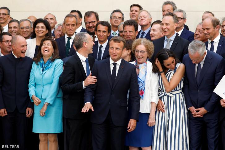 Emmanuel Macron csoportképen (középen) a G7 találkozó előtti konzultációs tárgyalás után Párizsban 2019. augusztus 23-án