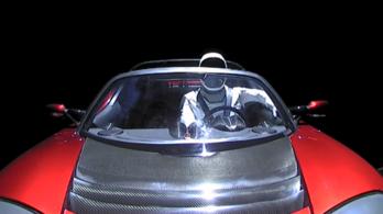 Űrszondát küldhetnek az űrben keringő Tesla után