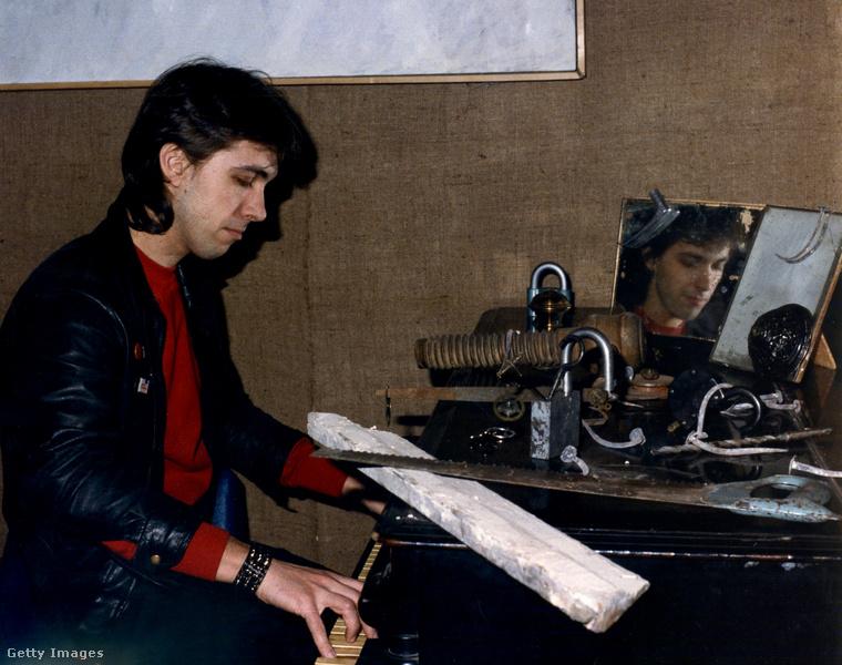 Szergej Kurjokhin 1985-ös portréját tartogattuk a végére: ő a zongorára odakészített egy deszkát és egy fűrészt is, amint azt az Amerikából kelet-Európába érkezett fotós nyilván némi meglepetéssel örökítette meg