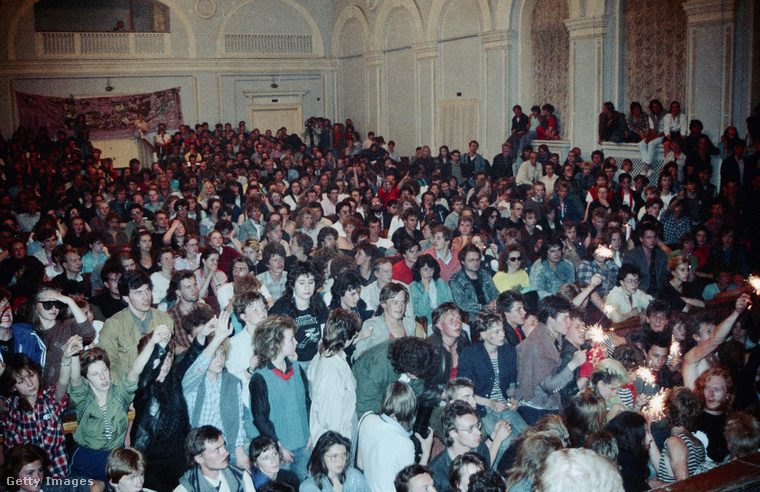 A leningrádi rockzenekarok anno ilyen tömegeket mozgattak meg: ez a fotó 1987-ben készült egy koncert közönségéről.