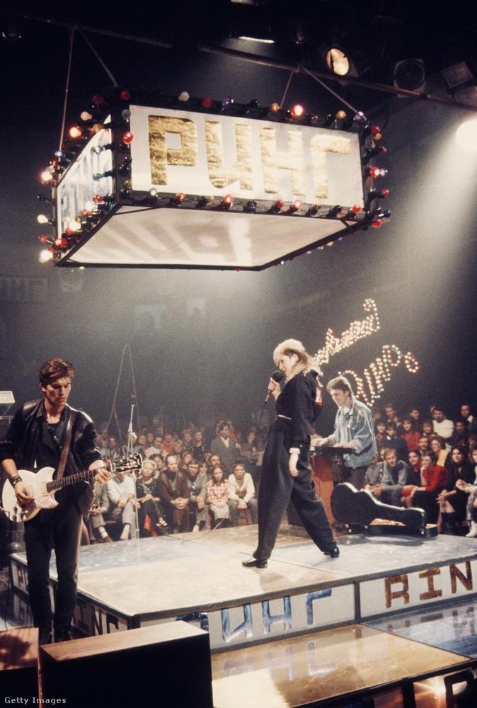 Stingray maga is fellépett az együttesekkel, itt ő látható középen a színpadon.