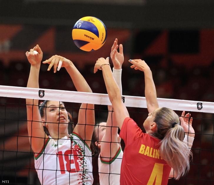 Pekárik Eszter Anna (b) és a román Adelina Budai-Ungureanu (j) a női röplabda Európa-bajnokságon játszott Magyarország - Románia mérkőzésen a Papp László Budapest Sportarénában 2019. augusztus 24-én.