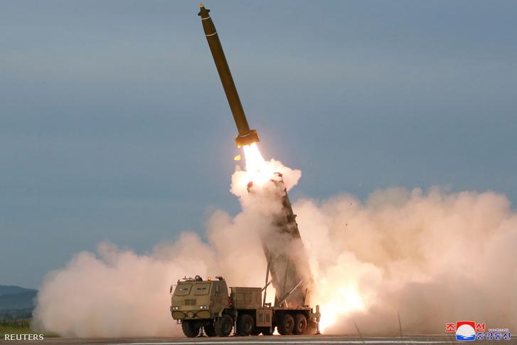 Új fejlesztésű, nagy kaliberű rakéta-sorozatvetőt tesztelnek 2019. augusztus 25-én Észak-Koreában.