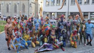 És akkor szembejött egy csapat nudista Zürich főterén